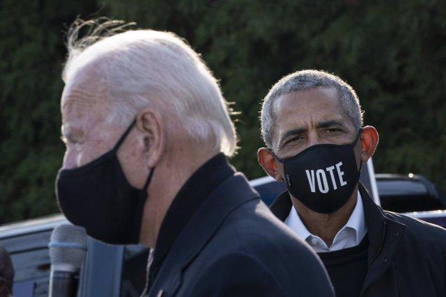 Barack Obama y Joe Biden en un acto de campaña en Míchigan