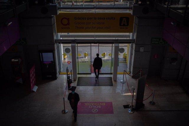 Entrada al Centro Comercial Las Arenas en Barcelona, Catalunya (España), a 29 de octubre de 2020. El Gobierno de la Generalitat ha anunciado hoy nuevas medidas para combatir el coronavirus. Entre ellas se incluye el cierre de centros comerciales como el d