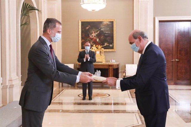 Don Felipe entrega el XXX Premio FIES de Periodismo a Ignacio Astarloa en el Palacio de La Zarzuela.