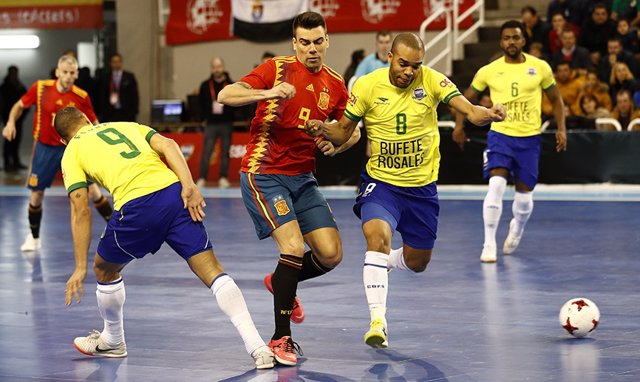 Sergio Lozano intenta llevarse la pelota ante Leo Santana en uno de los amistosos entre la selección española y Brasil de 2019