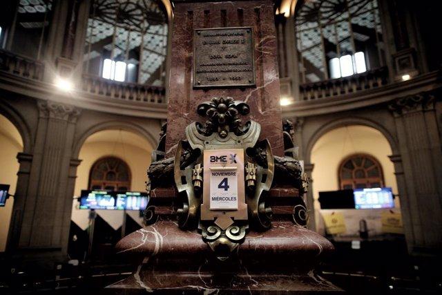 Un calendario indica la fecha en la Bolsa de Madrid un día después de la celebración de elecciones en Estados Unidos, en Madrid (España), a 4 de noviembre de 2020. El Ibex 35 cedía un 0,79% en la media sesión de este miércoles, en la que se situaba justo