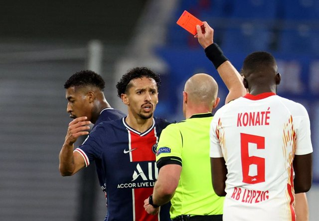 04 November 2020, Saxony, Leipzig: Paris Saint-Germain's Presnel Kimpembe (2nd L) receives the red card from referee Szymon Marciniak (C) during the UEFA Champions League Group H soccer match between RB Leipzig and Paris Saint-Germain at the Red Bull Aren