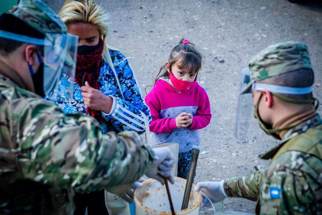 21 August 2020, Argentina, Buenos Aires: Members of the Argentinian army distribute food to people in need, as poverty increases in Argentina, especially with the ongoing Coronavirus crisis. Photo: Paula Acunzo/ZUMA Wire/dpa