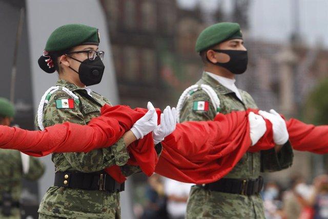 Dos soldados del Ejército de México durante las ceremonías por el aniversario de la independencia del país.