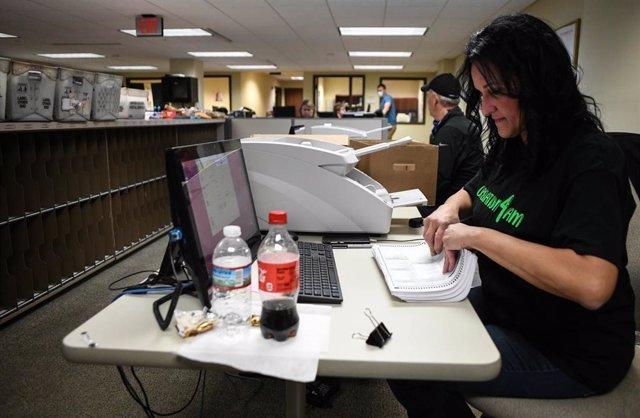 Una mujer recuenta una serie de votos en Pensilvania.