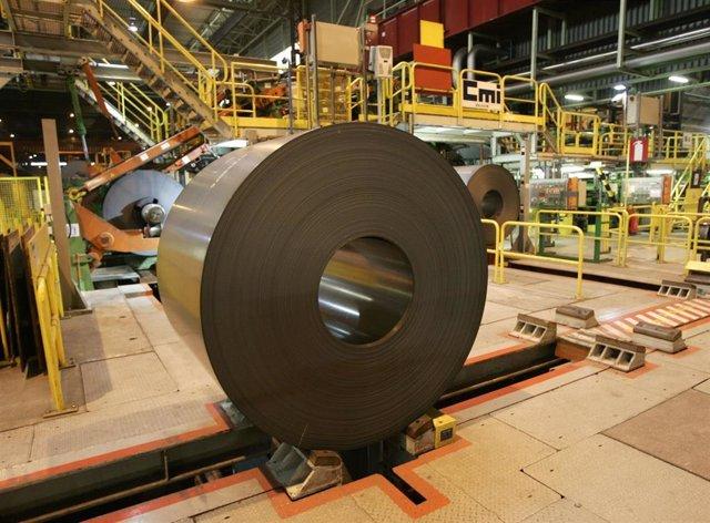 Bobina de acero en una fábrica de ArcelorMittal