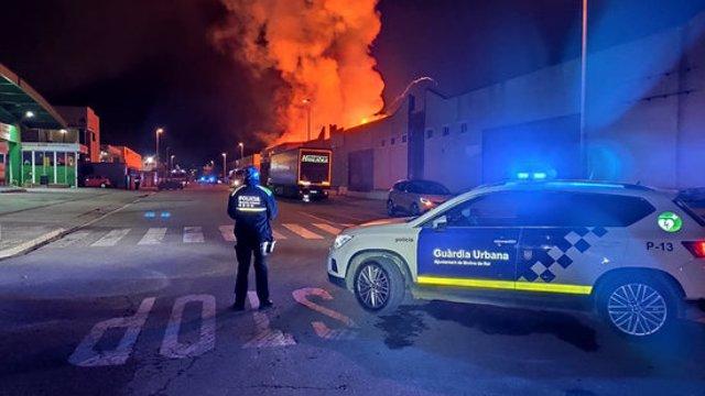 Pla general d'un incendi en una fàbrica de motocicletes a Molins de Rei el 4 del 2020. (Horitzontal)