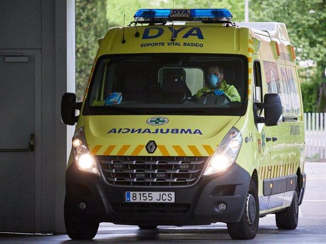 Una ambulancia del DYA Navarra entra en el Complejo Hospitalario de Navarra.