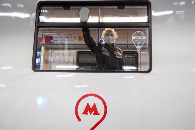 Una trabajadora en labores de desinfección de un vagón del metro de Moscú