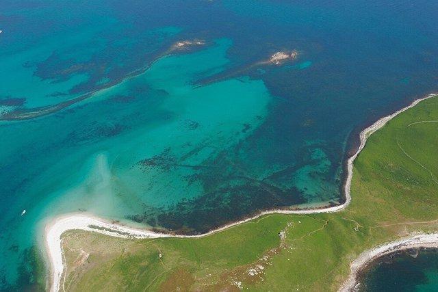 Fotografía aérea de los límites de los campos de piedra sumergidos en Samson Flats, Isles of Scilly.