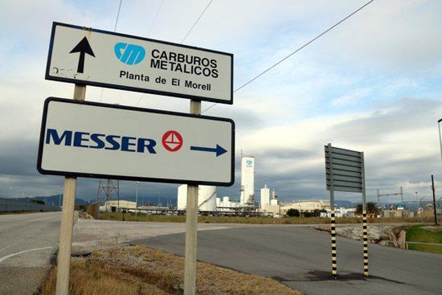 Pla sencer de dos cartells de l'empresa Messer i Carburos Metálicos al polígon petroquímic nord de Tarragona, el 5 de novembre del 2020. (Horitzontal)