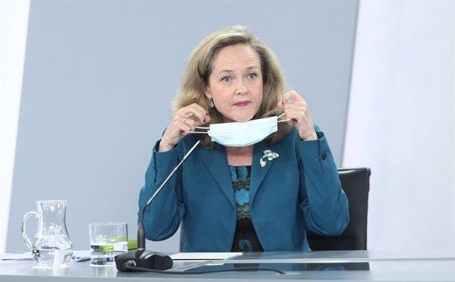 La vicepresidenta de Asuntos Económicos y Transformación Digital, Nadia Calviño; se quita la mascarilla antes de comparecer en rueda de prensa posterior al consejo de ministros celebrado en Moncloa, en Madrid (España), a 28 de julio de 2020.
