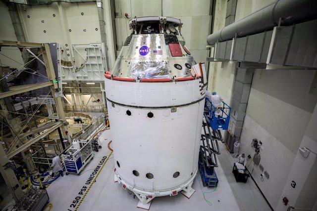 La nave espacial Orion para la misión Artemis I de la NASA está a la vista dentro del Edificio de Operaciones Neil Armstrong el 28 de octubre
