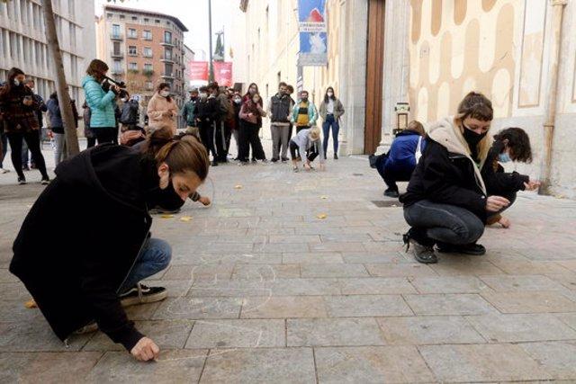 Els col·lectius emergents i membres del sector cultural gironí han escrit lemes amb guix davant la Casa de Cultura aquest 5 de novembre del 2020 (Horitzontal)