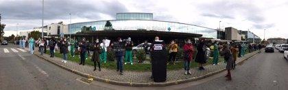 Personal de la UCI protesta ante el Clínico de Santiago y anuncia una huelga indefinida desde el lunes 16