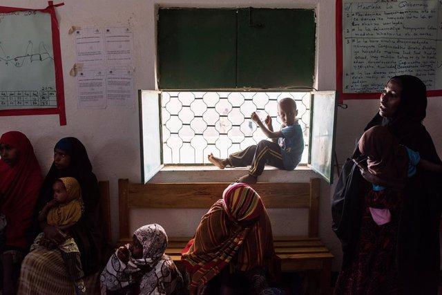 Niños y mujeres en unas instalaciones apoyadas por Naciones Unidas en Somalia (Imagen de archivo)