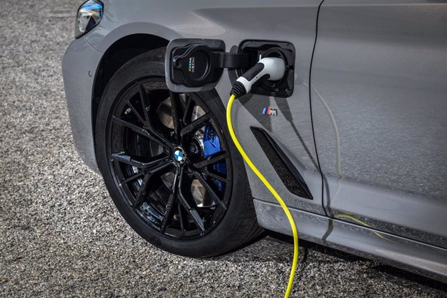 Imagen de un coche electrificado cargándose.