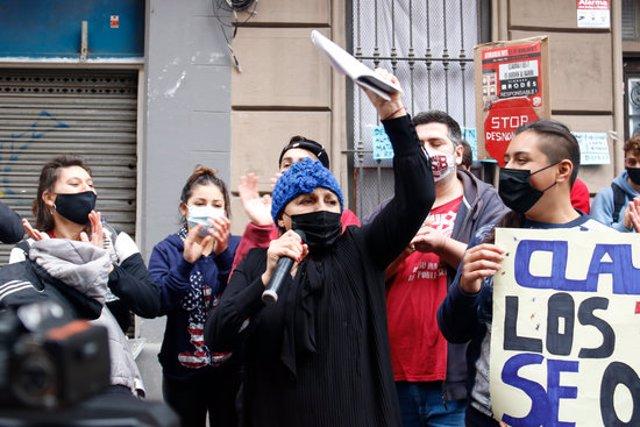 La Claudia celebra la suspensió del desnonament a les portes de l'edifici on viu amb els seus fills. Imatge del 5/11/2020 (horitzontal)