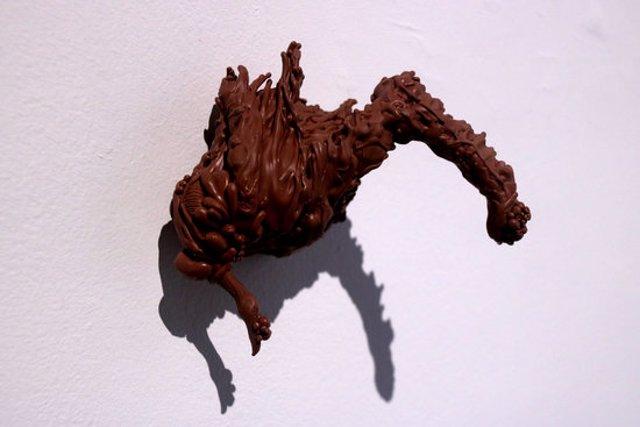 Pla detall d'una de les peces de CRISIS, de Paco Chanivet, finalista de la Biennal d'Art d'Amposta. Imatge del 5 de novembre de 2020. (horitzontal)