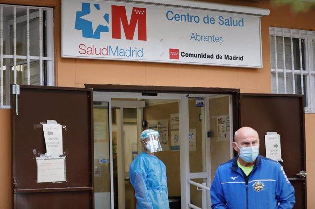 Un sanitario durante una concentración en el Centro de Salud Abrantes para pedir más recursos en Atención Primaria y otras áreas sanitarias, en Madrid (España) a 8 de octubre de 2020. Esta es una de las concentraciones convocadas hoy por asociaciones veci