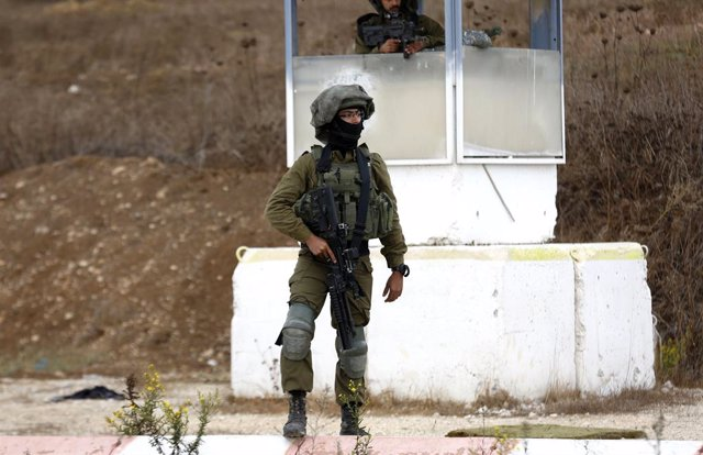 04 November 2020, Palestinian Territories, Nablus: An Israeli soldier stands guard near an area where a Palestinian gunman opened fire at a military post and troops returned fire to kill him at the Huwara checkpoint south of the West Bank city of Nablus.