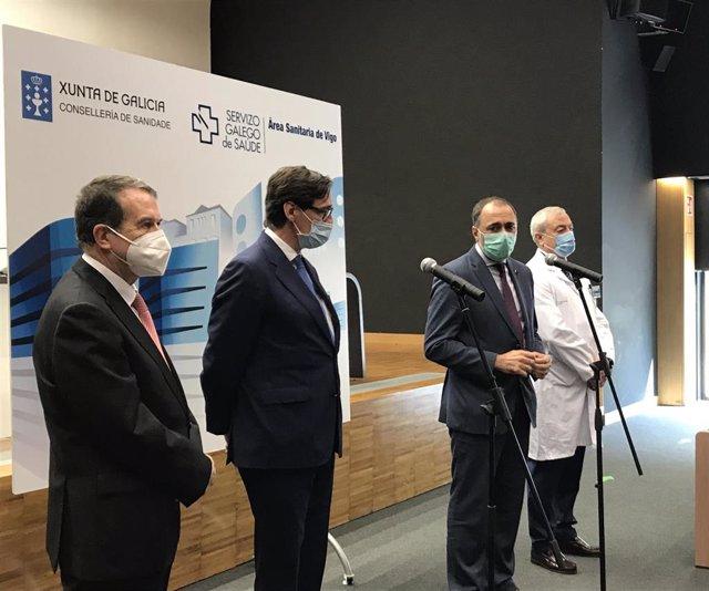 El alcalde de Vigo, Abel Caballero; el ministro de Sanidad, Salvador Illa; y el conselleiro de Sanidade, Julio García; atienden a los medios tras visitar el Hospital Álvaro Cunqueiro