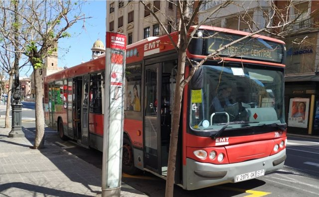 Imagen de un autobús de la EMT de València.