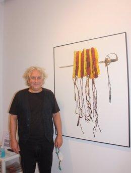 L'artista contemporani Xavier G-Solís davant la imatge promocional de la seva exposició 'Estatambestat / Estatcontrarestat'. Imatge del 5 de novembre de 2020. (Vertical)