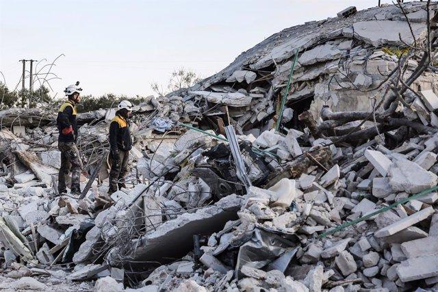 Voluntarios de los 'cascos blancos' inspeccionan una zona bombardeada por fuerzas del régimen sirio en la localidad de Sarmin, en el norte de Idlib