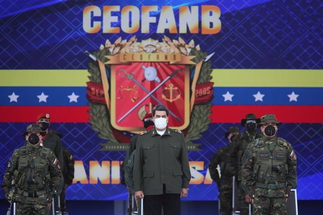 HANDOUT - 25 September 2020, Venezuela, Caracas: Venezuelan President Nicolas Maduro (C) takes part in an event celebrating the anniversary of the Venezuelan Armed Forces' Command of Operations. Photo: -/Prensa Miraflores/dpa - ATTENTION: editorial use on