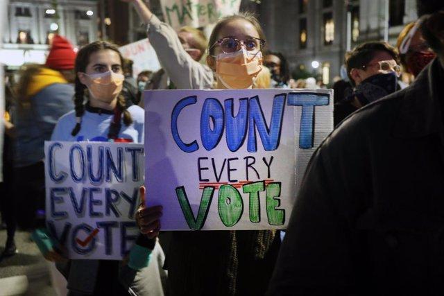 Manifestanres piden que concluya el recuento de votos en Filadelfia