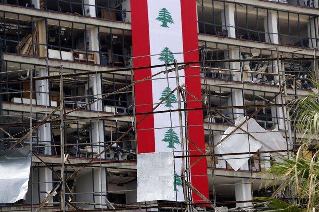 Una bandera de Beirut en un edificio dañado por la explosión