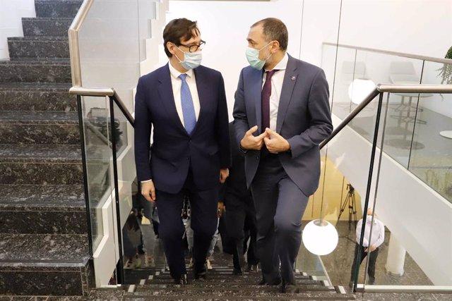 El ministre de Sanitat, Salvador Illa (esquerra), al costat del conseller gallec de Sanitat, Julio García Comesaña, durant la seva visita a les instal·lacions del grup Zendal, al Polígon Industrial La Relva a O Porriño.