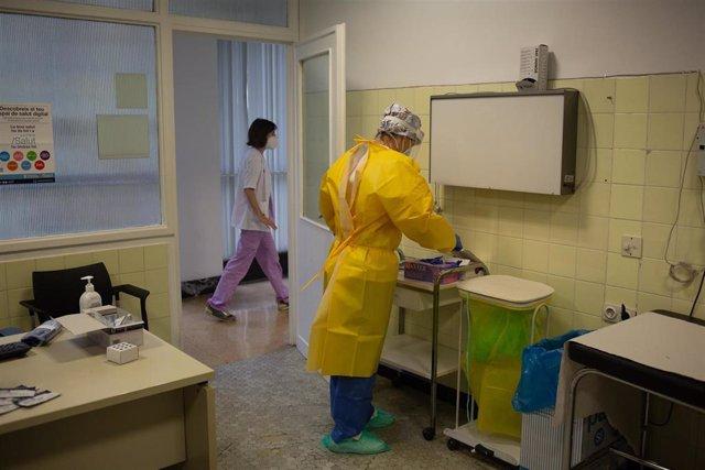 Una sanitaria se prepara para realizar test de detección de coronavirus