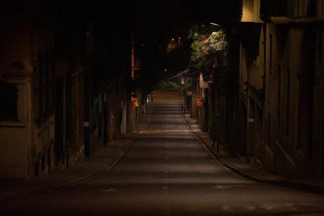 Una vía de Barcelona vacía al inicio del toque de queda impuesto de 22.00 horas a 06.00 horas por la crisis sanitaria del Covid-19, en Barcelona, Catalunya, (España), a 2 de noviembre de 2020.