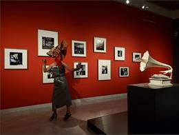 Performance de Sònia Gómez en l'exposició 'Jamais' al Museu Picasso de Barcelona.