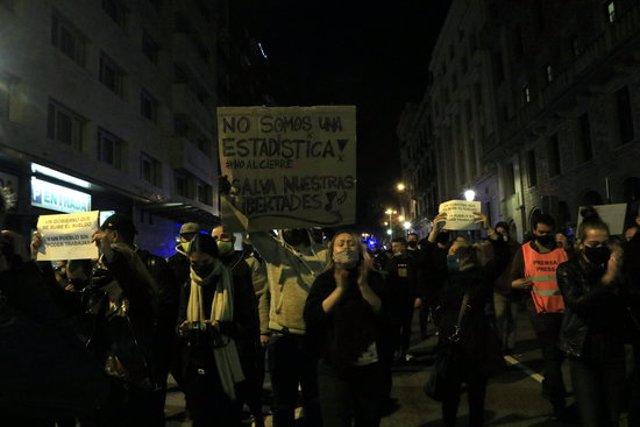 Participants a la manifestació contra el tancament de la restauració i l'oci nocturn, en la segona onada del coronavirus, baixant per Via Laietana. 5 de novembre del 2020. (Horitzontal)