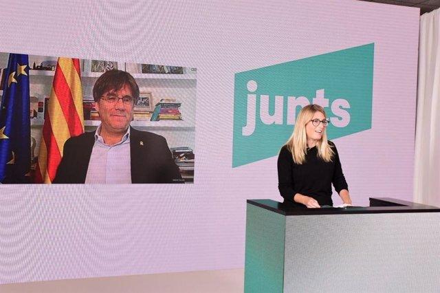 El líder de JxCat, Carles Puigdemont, al costat de la vicepresidenta de JxCat Elsa Artadi, en l'acte de clausura del congrés fundacional del partit.