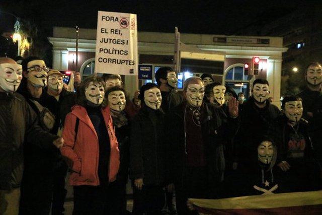 Participants a la protesta que ha tallat l'avinguda Meridiana per reivindicar l'1-O i que s'han sumat a una convocatòria internacional d'Anonymous. 5 de novembre del 2020. (Horitzontal)