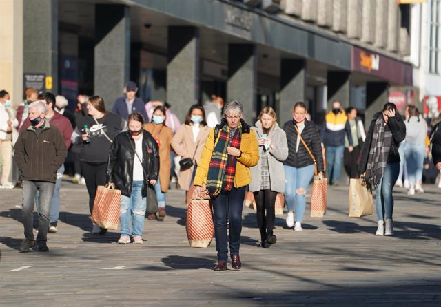 04 November 2020, England, Newcastle: Shoppers are seen in Northumberland Street ahead of a national lockdown for England from Thursday due to an increase in the coronavirus cases. Photo: Owen Humphreys/PA Wire/dpa