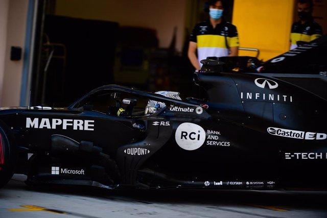 Fernando Alonso exprime el circuito de Baréin con el Renault RS18