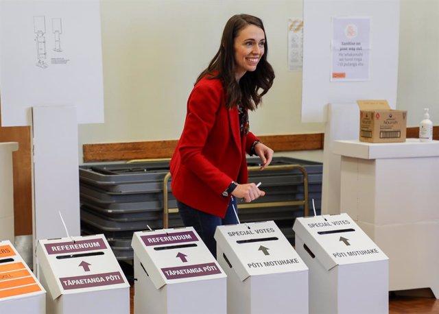La primera ministra de Nueva Zelanda, Jacinda Ardern, acude a votar durante la jornada electoral de las pasadas elecciones del 17 de octubre.