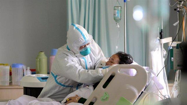 Un médico militar atiende a un paciente enfermo de coronavirus en la unidad de cuidados intensivos, en China, a 1 de febrero de 2020.
