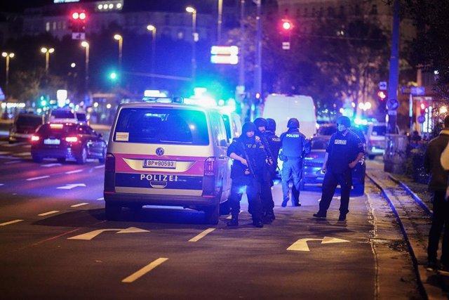 Agentes de la Policía austriaca tras el atentado ejecutado el 2 de noviembre en la capital de Austria, Viena