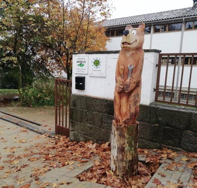 Pla mitjà d'un dels arbres transformat en la figura d'un ós. Imatge publicada el 6 de novembre del 2020. (Horitzontal)