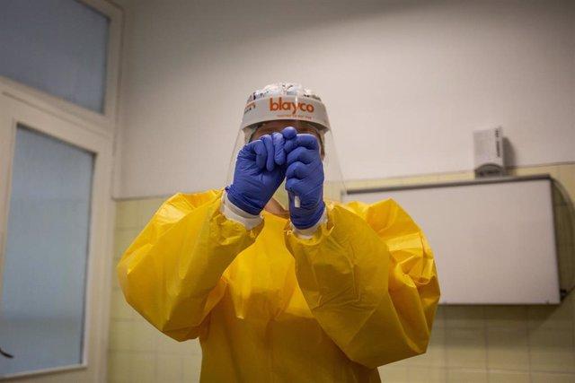 Una sanitaria sostiene uno de los test rápidos de antígenos de detección de coronavirus que durante la jornada de hoy ha utilizado en el Centro de Atención Primaria CAP Manso, en Barcelona, Catalunya (España), a 21 de octubre de 2020