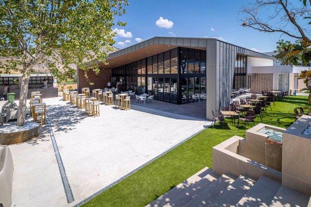 El establecimiento abQ dispone de amplios espacios exteriores e interiores.