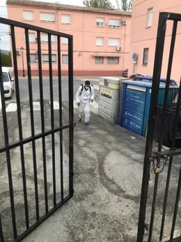 Un trabajador municipal realiza labores de desinfección en Montefrío