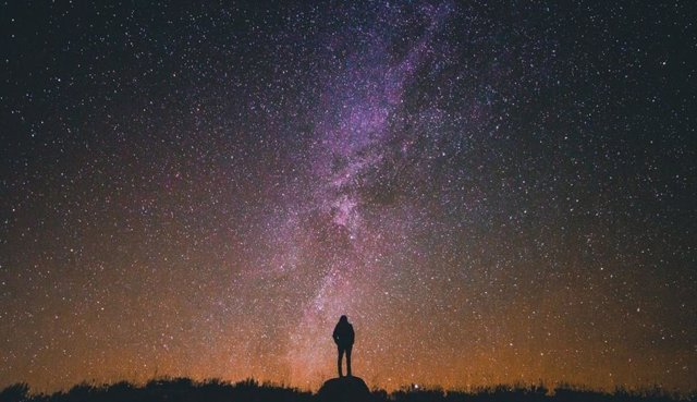 Destellos cortos en el cielo resultan confundidos con estrellas por observadores astronómicos