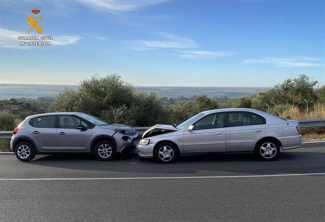Los coches tras la colisión frontal en la carretera A-431 antigua, a la altura de Almodóvar del Río